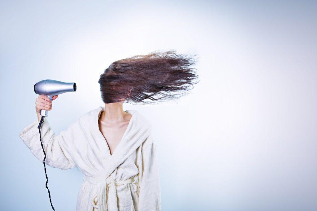 se sécher les cheveux longs