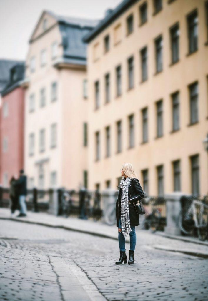 mode hiver, manteau, écharpe et bottes pour un look sexy