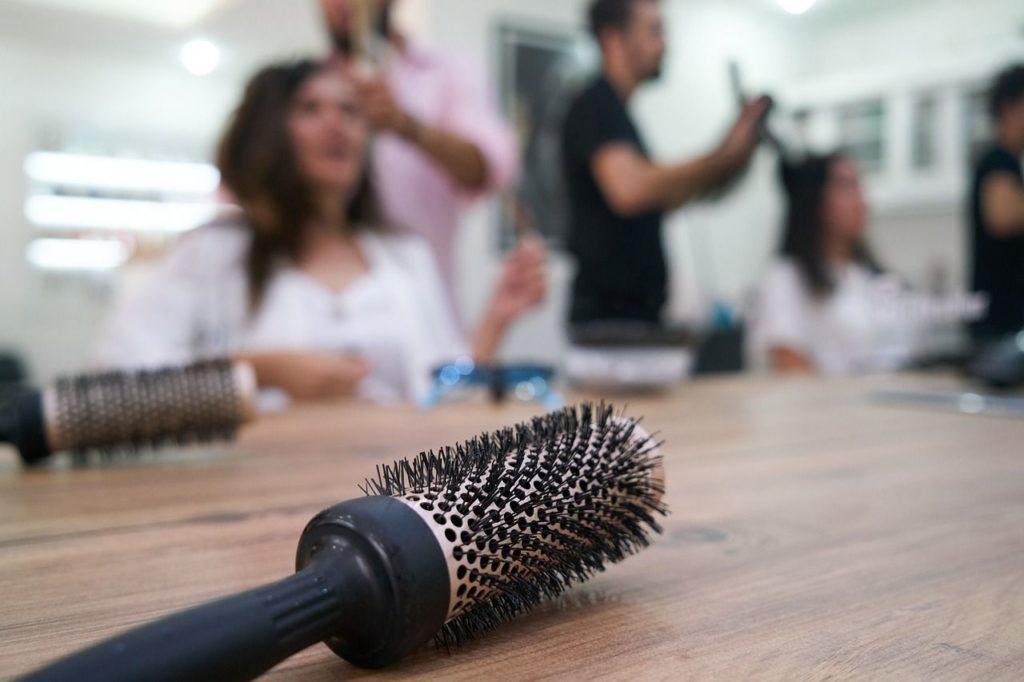 Brossage des cheveux et coiffeur